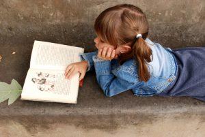 Copil citind Totul despre mame