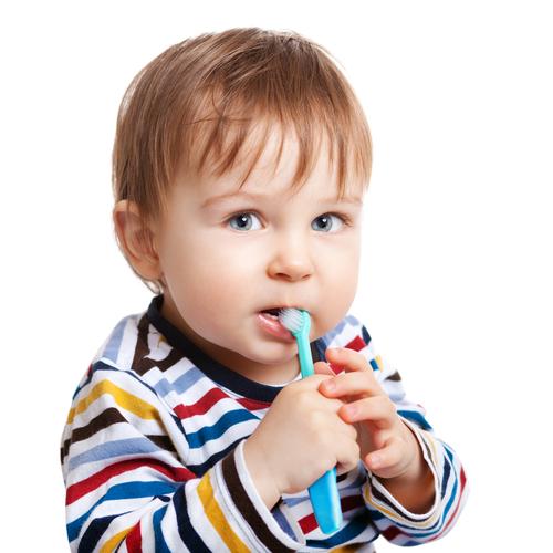 fluorul copil care se spală pe dinți