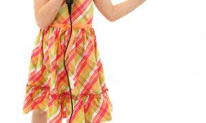 lauda copiilor fetita care canta la microfon