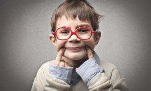 probleme de vedere la copii baiat cu ochelari