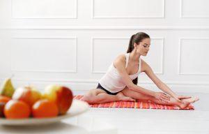 exerciții fizice femeie pe jos