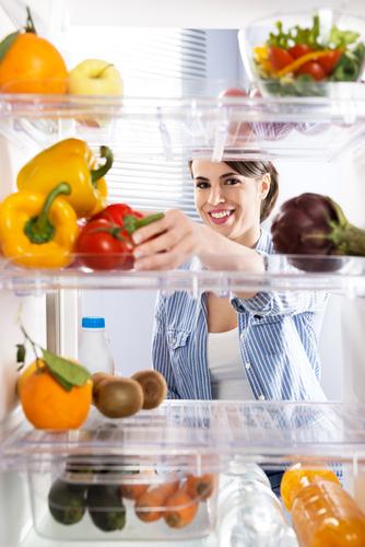 fructe și legume proaspete femeie la frigider