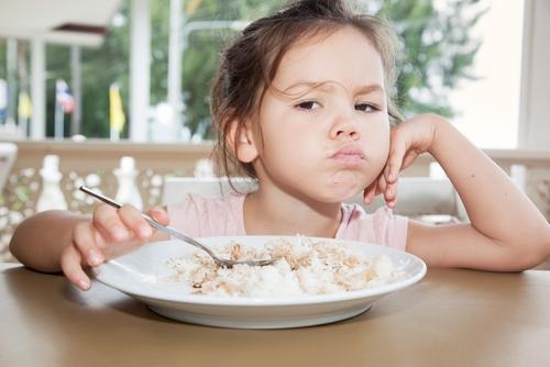diareea la copii fetiță care mănâncă