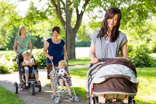 mame in parc cu caruciorul