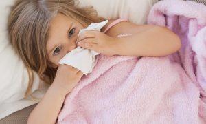 copilul la creşă fetiță cu nasul înfundat