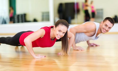 sport în cuplu femeie bărbat la sală