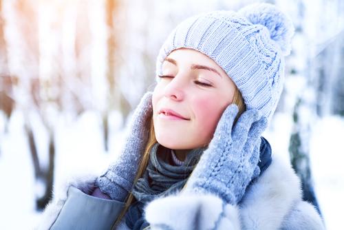 protecția pielii iarna femeie cu căciulă