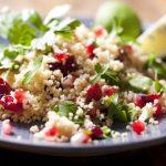 Salata de bulgur cu avocado, rodie şi salată verde, reţeta ideală pentru o cină uşoară
