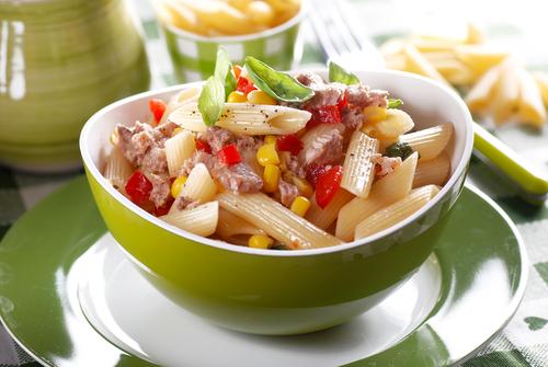 Salata de penne cu ton farfurie