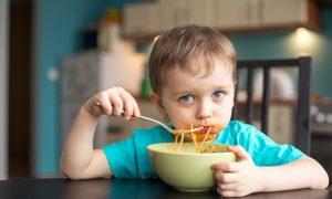 paste cu sos copil care mănâncă