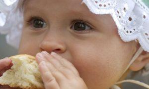 când se introduce pâinea în alimentația bebelușului