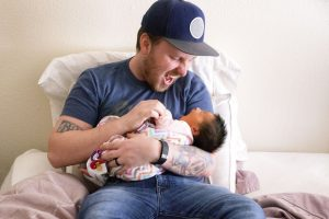 joaca tata cu bebeluș