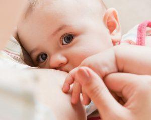 sughițul și regurgitatul, două situații comune la bebelusi