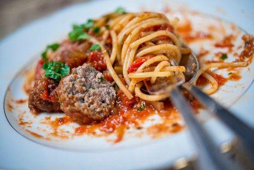 chifteluțe din pui cu spaghete și sos tomat