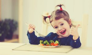 înveți copilul să mănânce