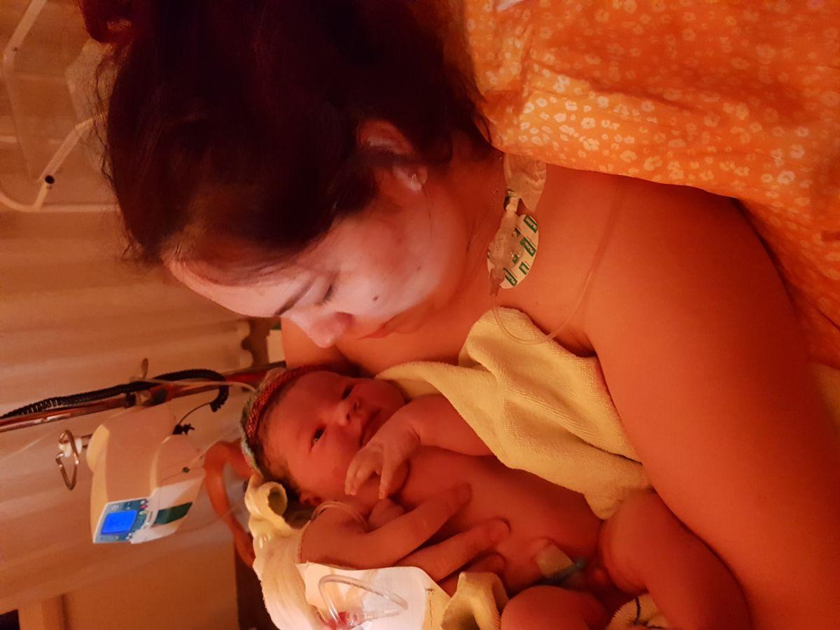 copil cu mama lui in spital dupa nastere