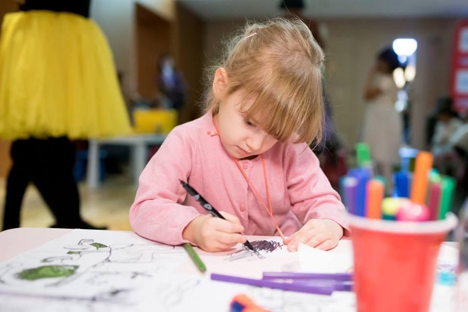 copil care deseneaza