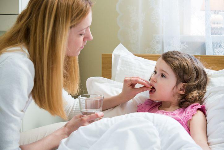 copil mama pastila in pat