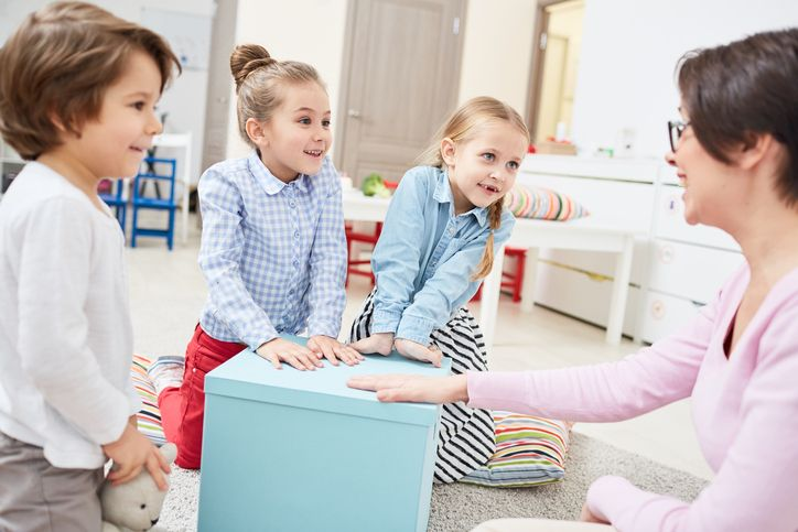 femeie copii joaca