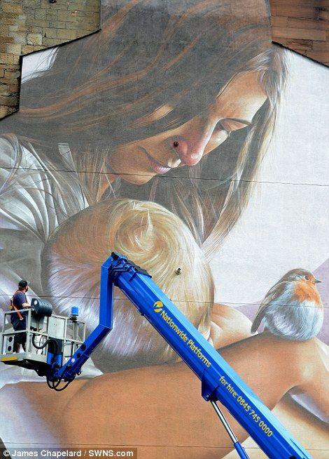 Artisul care a realizat pictura, uitându-se la opera sa. Pasărea care apare în prim plan semnifică miracolele Sfântului Mungo, despre care se spune că a adus pasărea la viață
