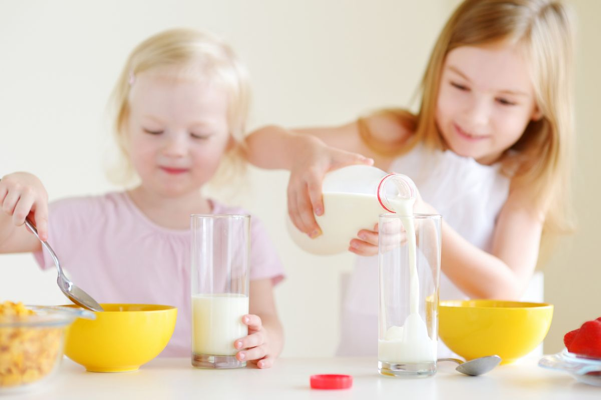 copii lapte cereale joaca