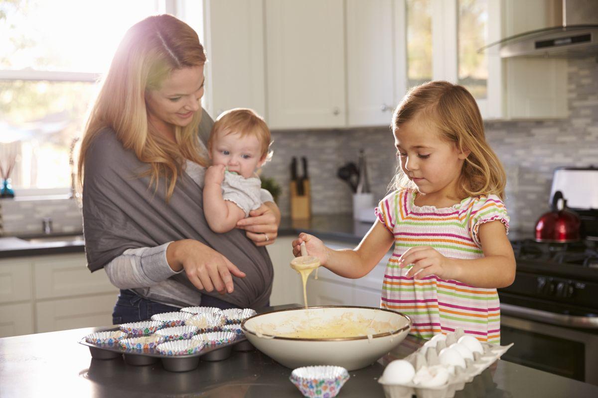 mama copii bucatarie