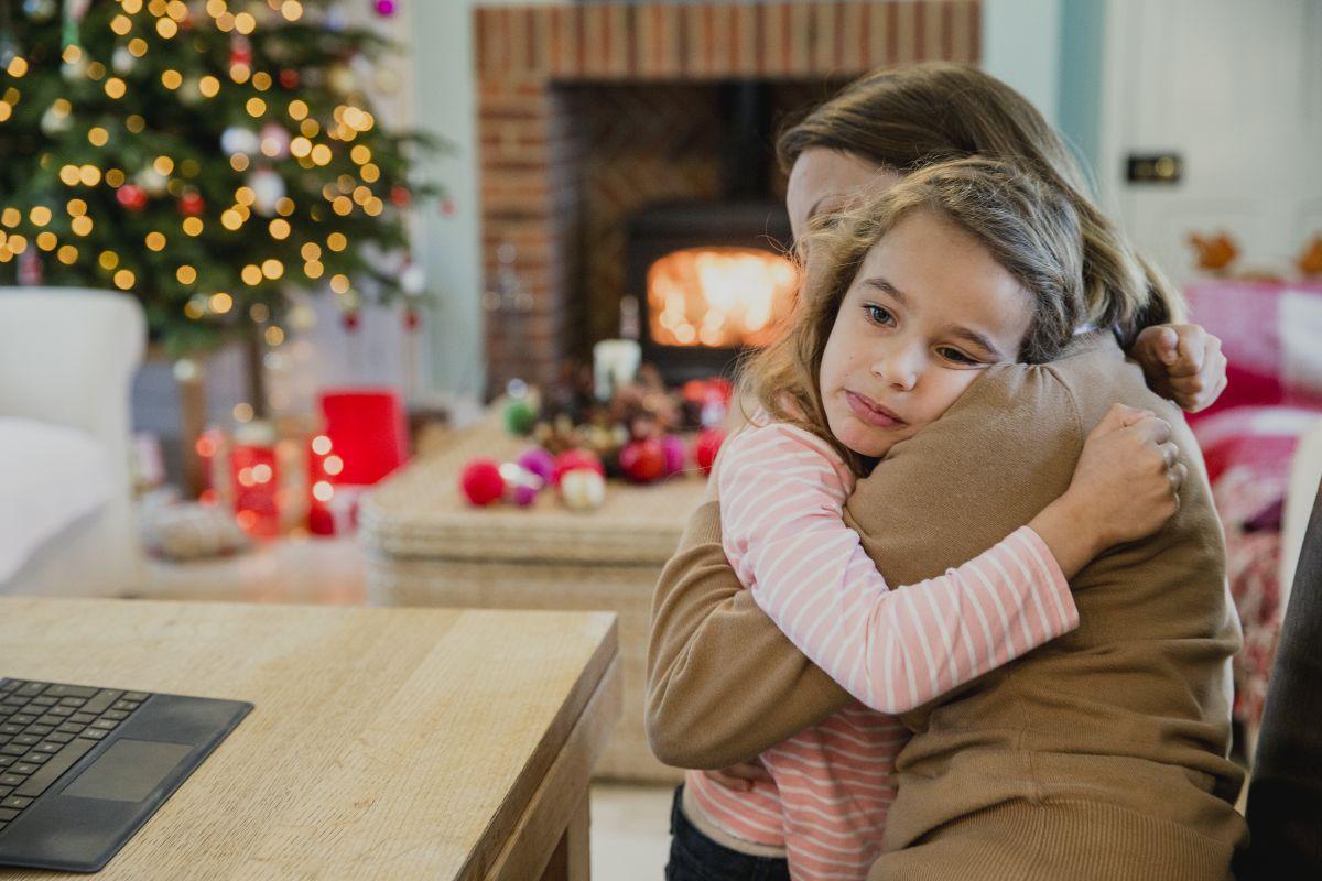 mama fiica imbratisare craciun pom