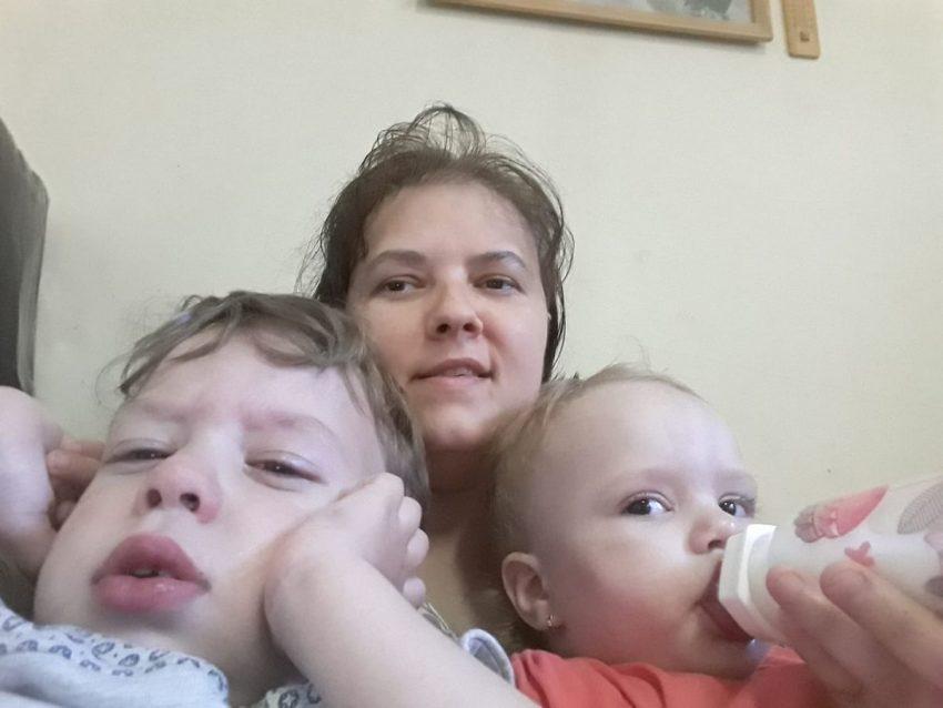 Marina, cu cei doi bebeluși ai familiei - George si Ilinca