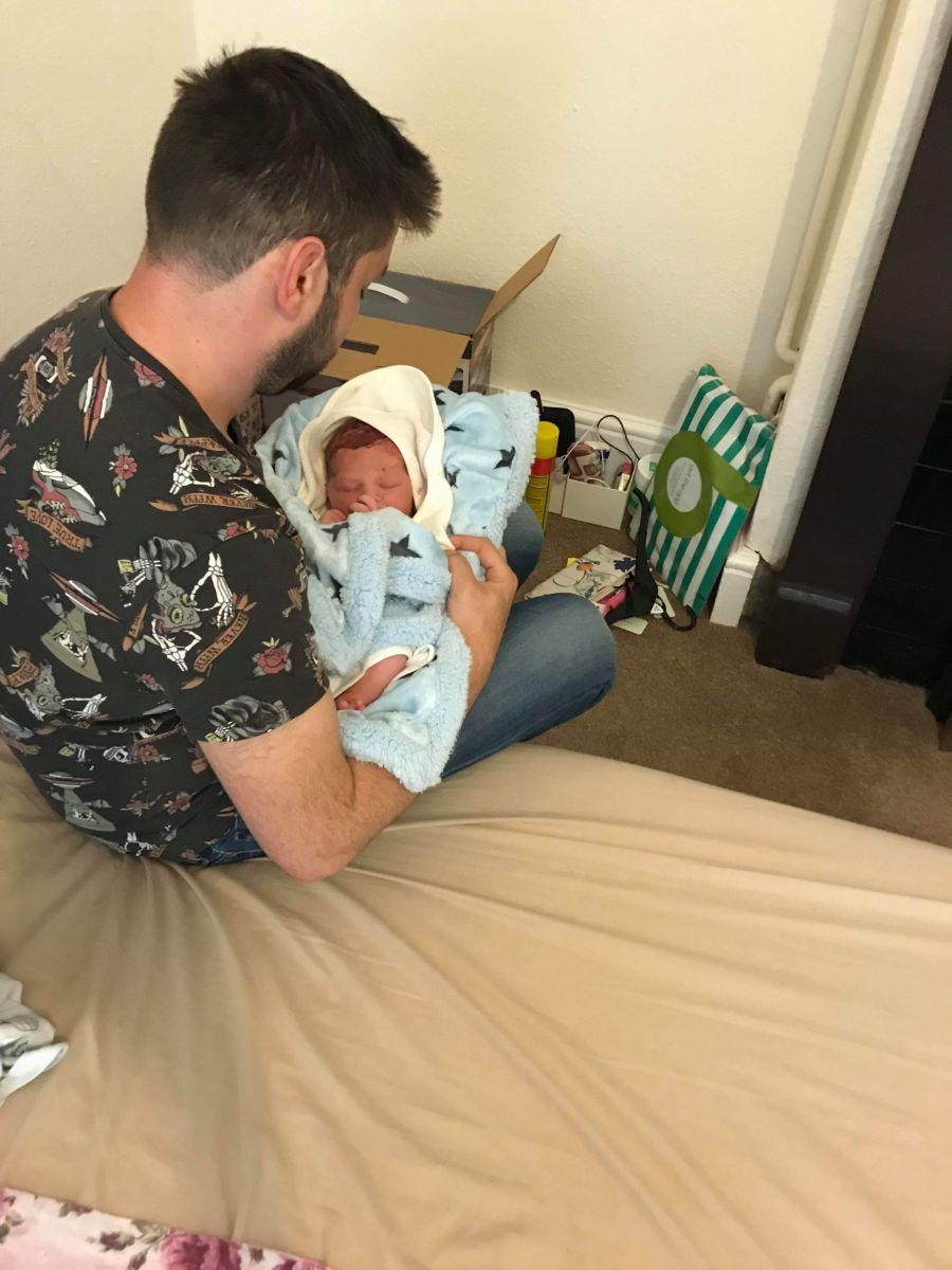 Proaspatul tatic, cu fetita lui, la scurt timp dupa nasterea care a avut loc acasa