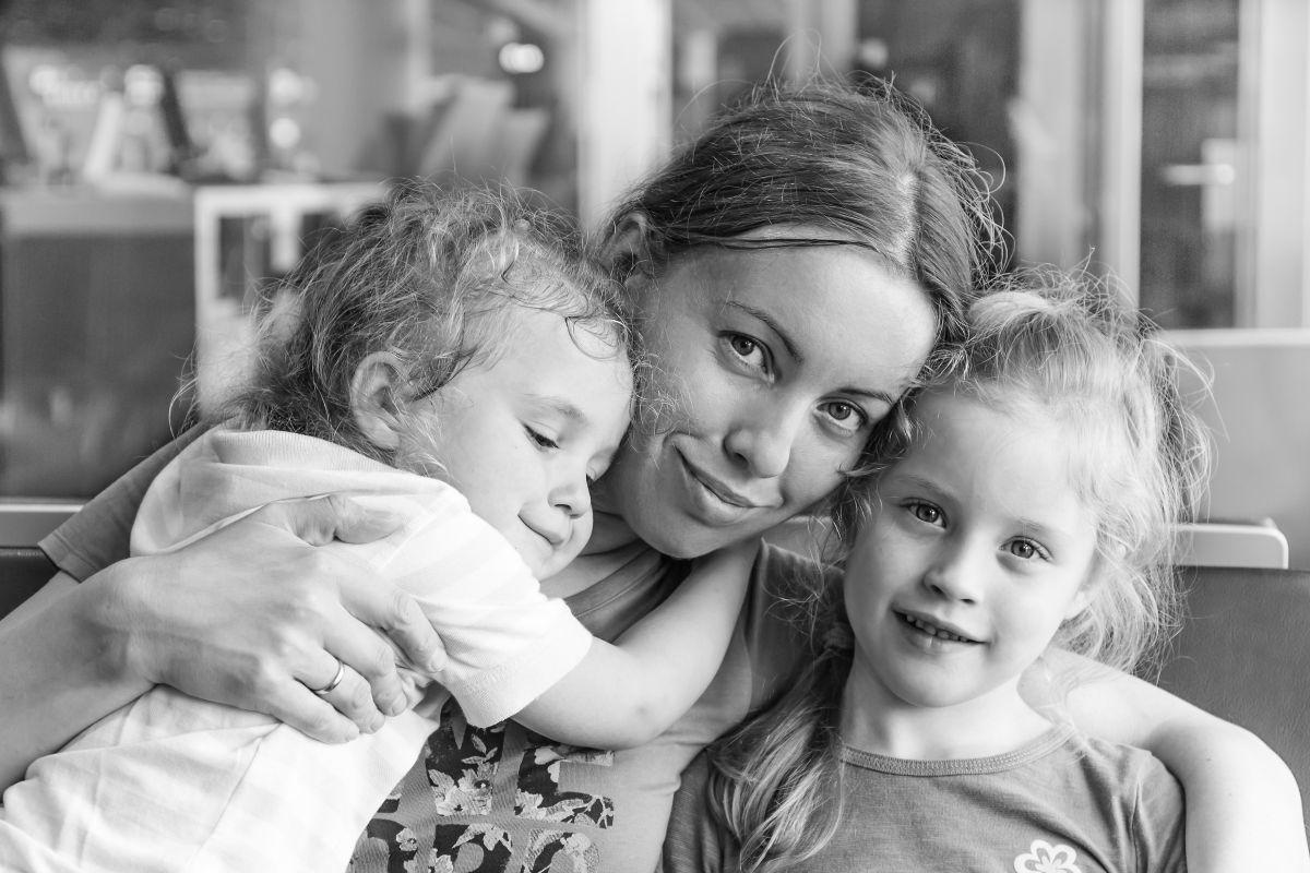 mama cu doi copii