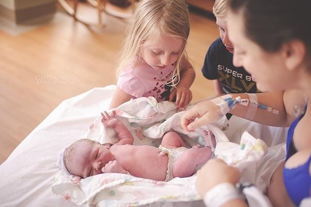 gravidă care îmbrățișează un copil