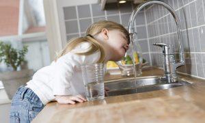 copil apa robinet
