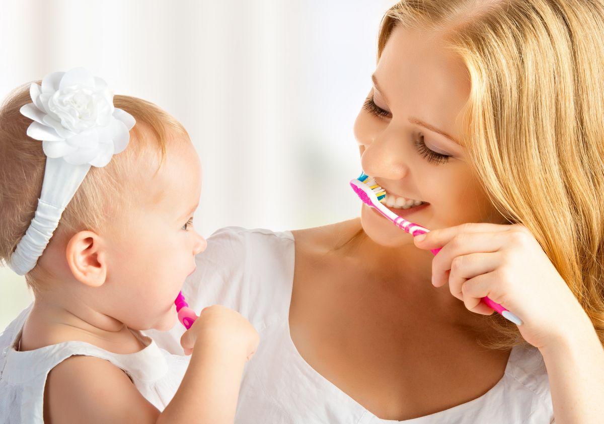 să se spele pe dinți
