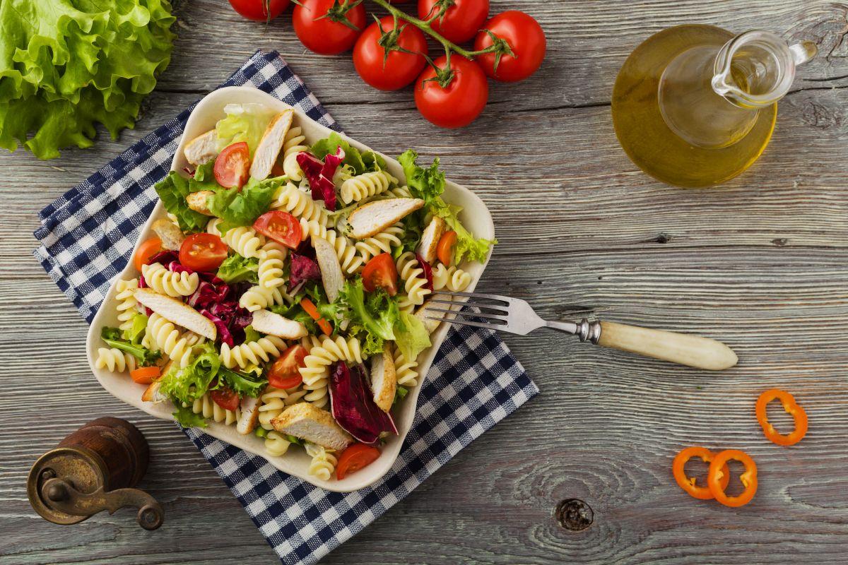 Salată de paste cu piept de pui
